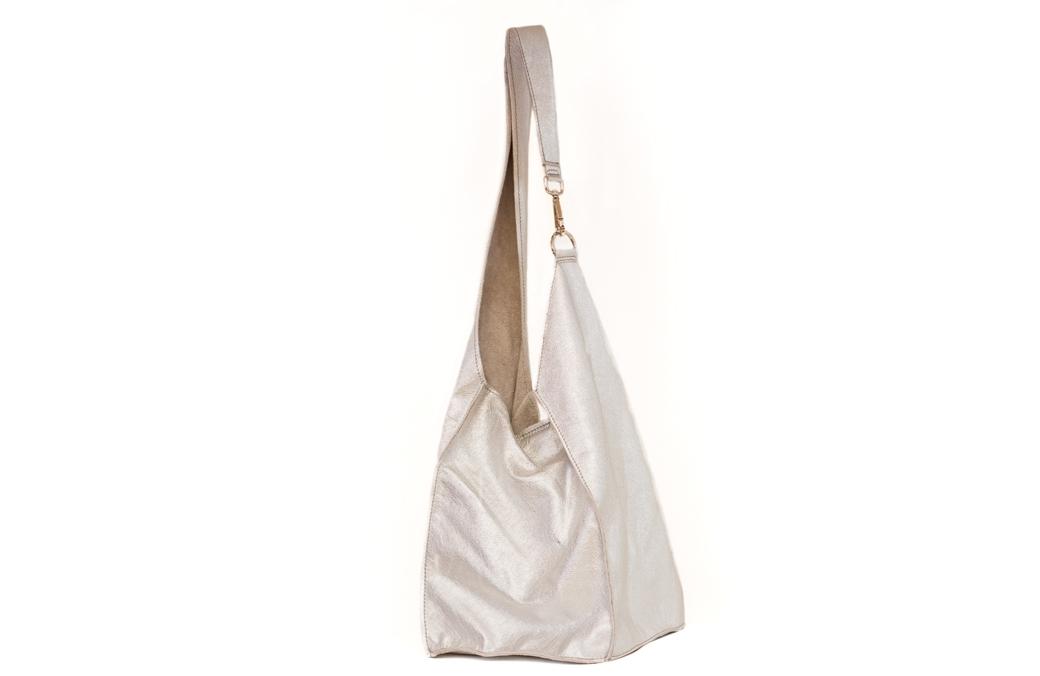 geanta argintie cu carabina