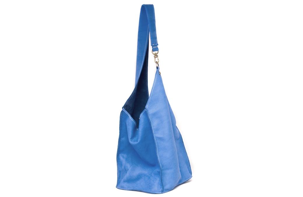 geanta albastra cu carabina